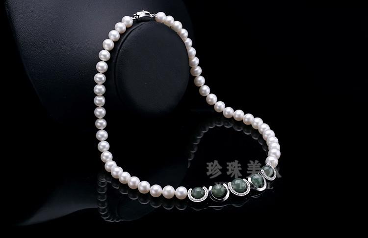 淡水珍珠,如同来自森林的纯洁精灵,温婉精致。她恬静柔和的光泽,恰如 江南女子的秀丽、雅致,很是符合东方女性的优雅气质。 世界是95%的淡水珍珠都来自中国。淡水珍珠颜色丰富多彩,主要有白色、粉色、紫色等 三大色系:白色纯净自然,粉色浪漫活泼,紫色高贵优雅。每种色系内又有深浅不同的色泽 ,都是纯天然形成的颜色。形状有圆形、椭圆、水滴形及不规则形等不同形状,大小一般 从5mm到9mm不等,大于9mm的淡水珍珠非常难得,淡水珍珠当中达到珠宝级别的还不到10%。 品质好的中国淡水珍珠并不比海水珍珠逊色,且性价比较高